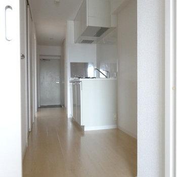 廊下が広いのでゆとりを感じる〜!キッチン横には冷蔵庫も食器棚も◎