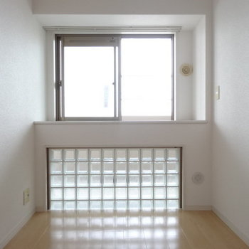 もう1つの洋室。窓がかわいい♡光もたっぷり!