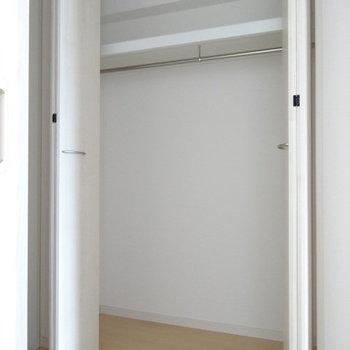 玄関前に収納スペース。掃除機しまったり、出掛けにいるもの置いてもいいね!