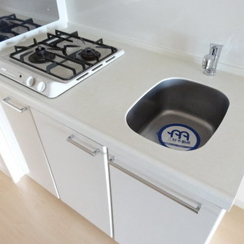 キッチンはコンパクトだけど、作業スペースもあります!