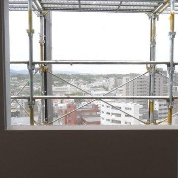 こちらの窓は共用部に繋がっています。こちら側は緑が見える!