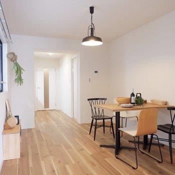 黒いアイテムなどで空間を引き締めると良いですね。※家具はサンプルです