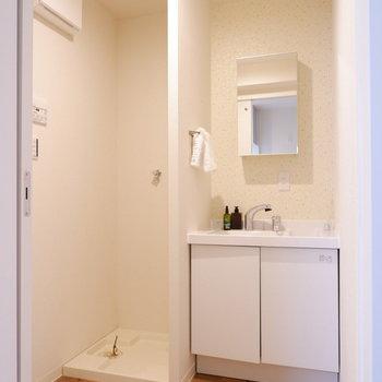 脱衣所に洗面台と洗濯機置き場が並んでいます。※家具はサンプルです