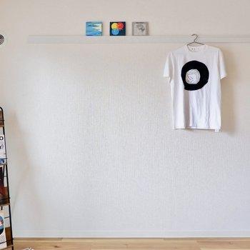 ピクチャーレールも彩りましょう。※家具はサンプルです