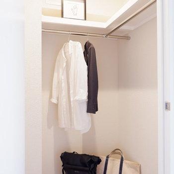 洋室との間にウォークインクローゼット。※家具はサンプルです