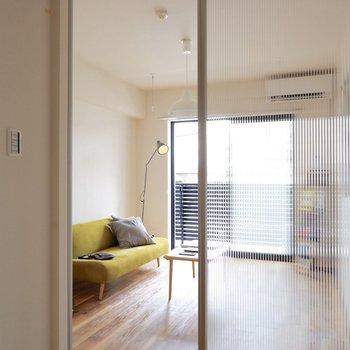 お次にクリアな扉を抜けて洋室へ向かいましょう。※家具はサンプルです