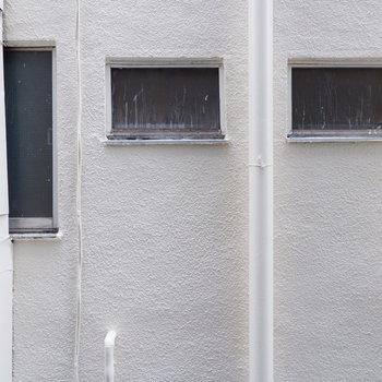 もう一面はお隣さん。目が合うことはなさそうです。