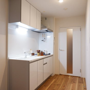 キッチン横に家電を置けるようになっています。※家具はサンプルです