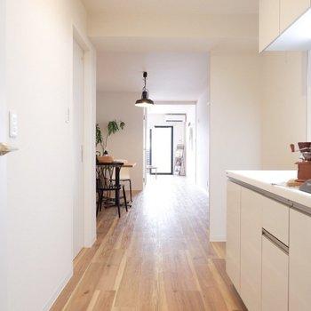 キッチンから奥の洋室まで一直線。※写真は2階同間取り別部屋のもの・家具はサンプルです
