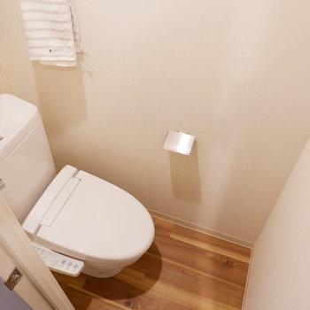 トイレ上には収納もあります。※写真は2階同間取り別部屋のもの・家具はサンプルです