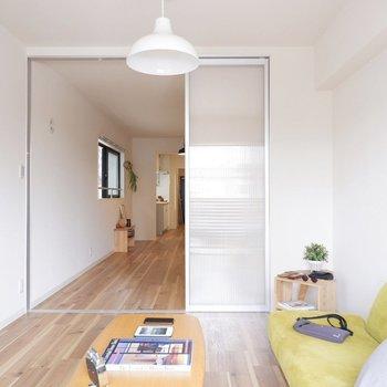 洋室にはよく光が入ります。※写真は2階同間取り別部屋のもの・家具はサンプルです