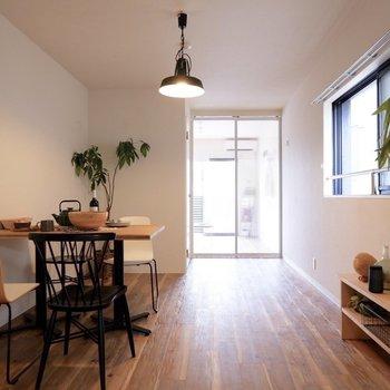 心地よい光がリビングにまで届きます。※写真は2階同間取り別部屋のもの・家具はサンプルです