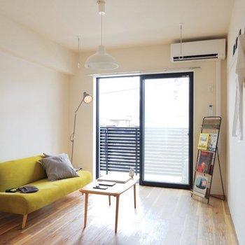ソファの代わりにベッドを置いて寝室に。※写真は2階同間取り別部屋のもの・家具はサンプルです