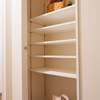 シューズボックスは棚間隔が調節可能。実際には扉が付きます。※写真は2階同間取り別部屋・工事中のもの・家具はサンプルです