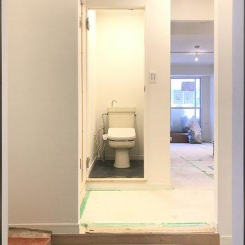 玄関からすぐにトイレに駆け込めます!もちろん扉がつきます。※工事中のお写真です。