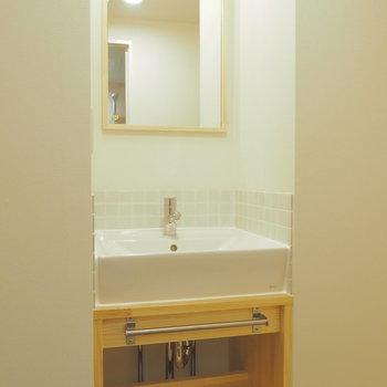 洗面台もオリジナルデザインのものを新設※写真は似た間取り別部屋のもの