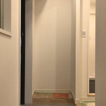 玄関入って右!こちらに可動棚!※工事中のお写真です。