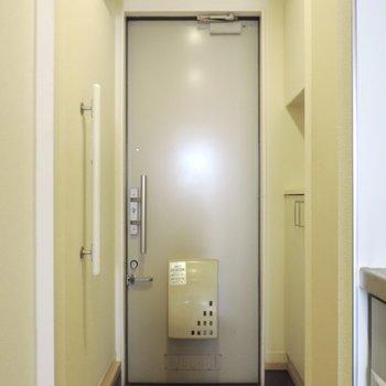 コンパクトな玄関ですが収納は沢山あるのでうれしいですね