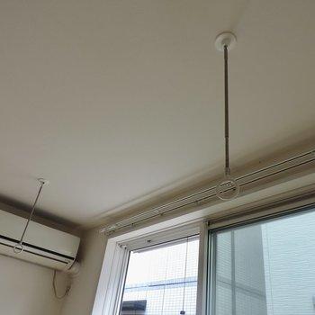 取り外し可能な室内干し竿掛けがあります