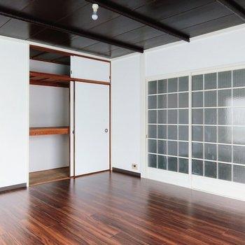 【洋室】お部屋は転がれるくらい広いんです。