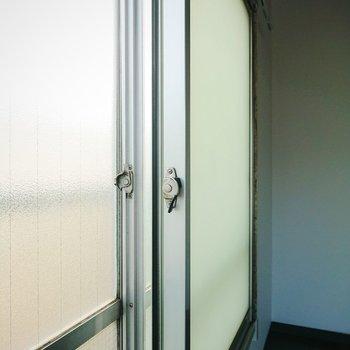 【洋室】この窓は駅側なので、二重窓になっていますよ。