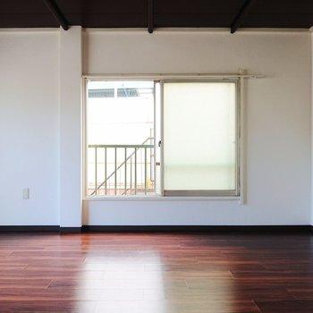 【洋室】窓の高さに、なんだか懐かしさを覚えます。
