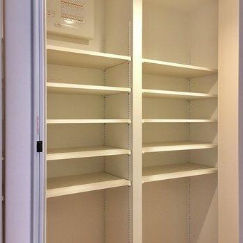 廊下にはなんにでも使えそうな収納がありました。高さも変えられるし便利◎