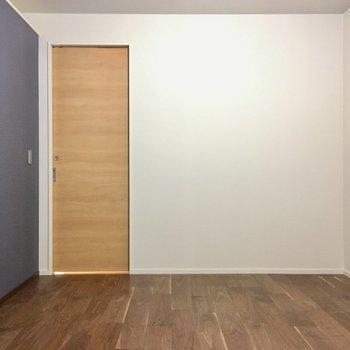 こちらは7.6帖の洋室。大人モダンスタイル。