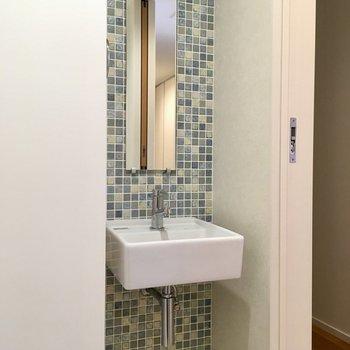 洗面台とは別にトイレ用の洗面台が・・・タイルが可愛らしい!