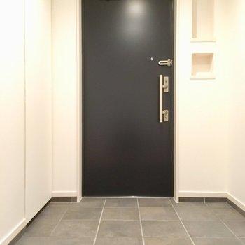 玄関広い・・・黒のドアが引き締めてくれますね。
