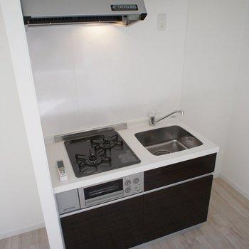 キッチンは小さめですが、二口コンロですね。