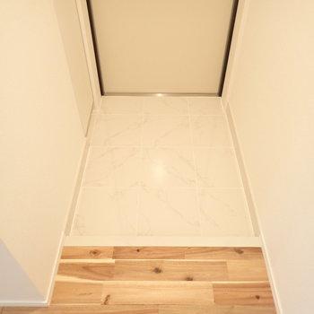 白い玄関がお出向かえ。