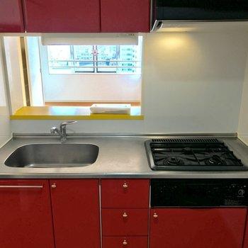 赤いキッチン、素敵ですね。(※写真は8階同間取り別部屋のものです)