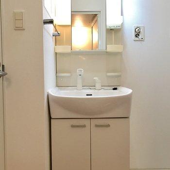 独立洗面台もキレイで新しい。(※写真は8階同間取り別部屋のものです)