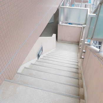 共用部の階段もゆとりがあって◎