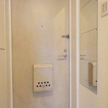 玄関には姿見も◎※407号室の写真です