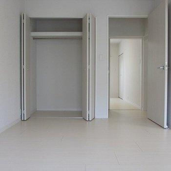 【洋室7.4帖】リビング側の洋室。収納も完備でございます※写真は1階の反転間取り別部屋のものです