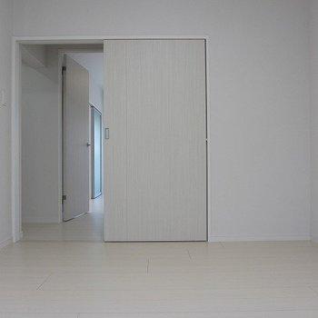 【洋室6.5帖】雪のような真っ白な空間です。※写真は1階の反転間取り別部屋のものです