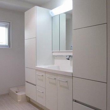 収納たっぷりの独立洗面台。※写真は1階の反転間取り別部屋のものです