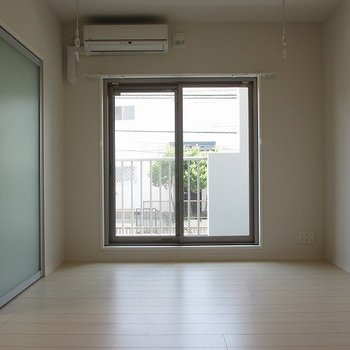 【洋室7.4帖】南向きのベランダです※写真は1階の反転間取り別部屋のものです
