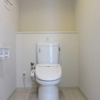 トイレが広い。※写真は1階の反転間取り別部屋のものです