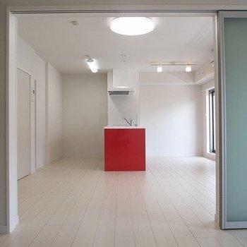 【LDK】真っ赤なアイランドキッチンが目を引きますね※写真は1階の反転間取り別部屋のものです