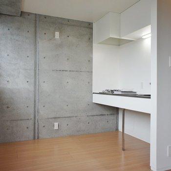 L字になった先はキッチン ※写真は3階同間取り別部屋のものです