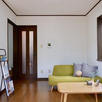 シンプルなお部屋には差し色が映えます。※家具はサンプルです