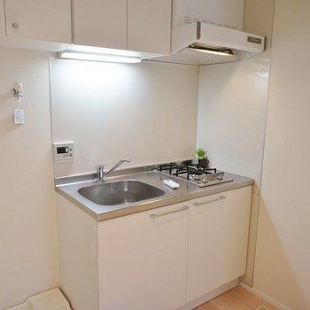 キッチンはコンパクトに。※写真は1階の同間取り別部屋のものです