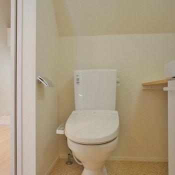 トイレは個室じゃないけどいっかー。※写真は1階の同間取り別部屋のものです