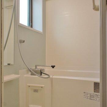 お風呂に窓!うれし!※写真は1階の同間取り別部屋のものです