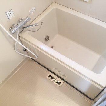脱衣所左にお風呂。すこしコンパクトです。※写真は前回募集時のものです