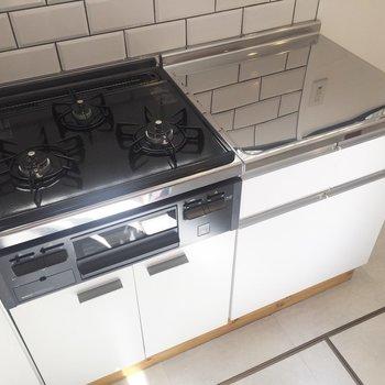 【LDK】3口コンロに調理スペース。たくさんお料理しましょう◎ ※写真は前回募集時のものです