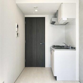 くるっと。真っ白なキッチン。